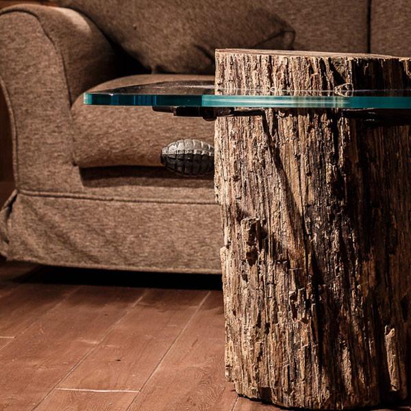 Tavolino con tronco di legno fossile