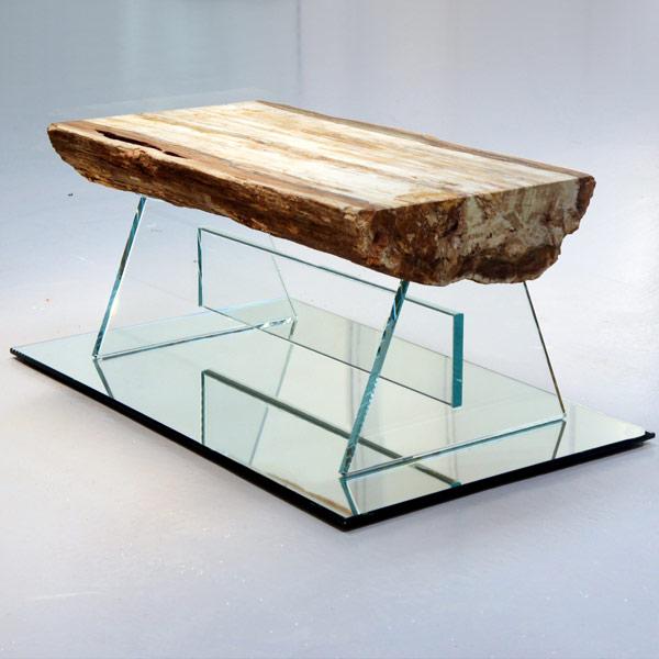 Tavolino di legno fossile con base in vetro | Opere
